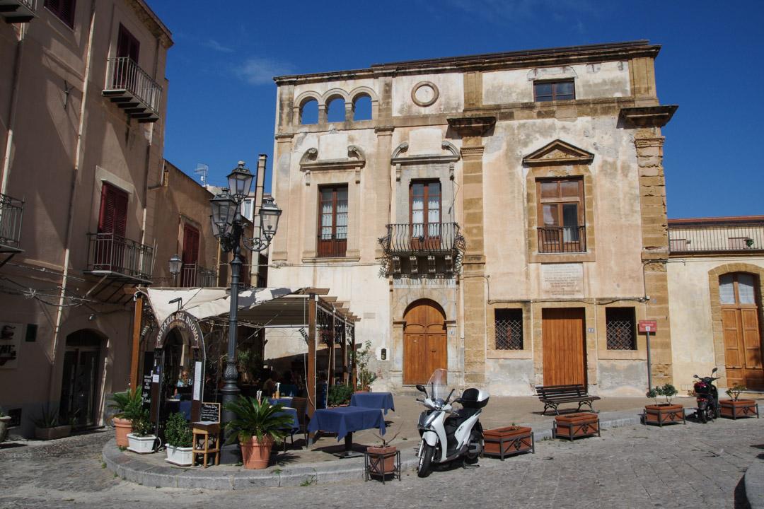 place dans la vieille ville de Cefalù