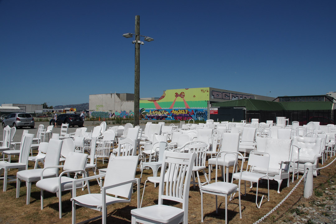 185 empty chairs : le mémorial du tremblement de terre