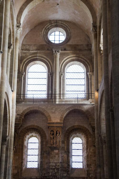 Les vitraux de Pierre Soulages dans l'Abbaye de Conques