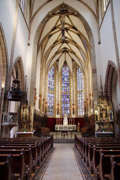 la nef et le choeur de l'eglise de Thann