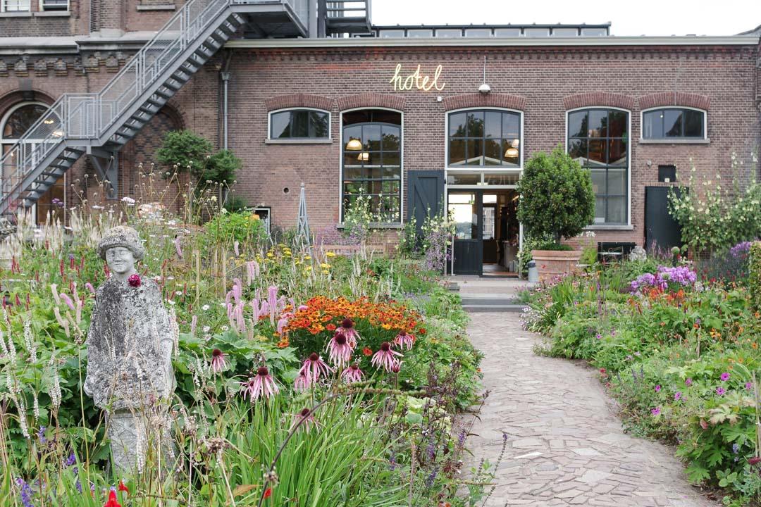jardin fleuri autour de la villa augustus