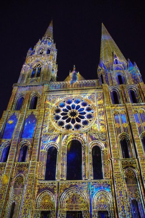 Chartres en lumière : la façade principale de la cathédrale