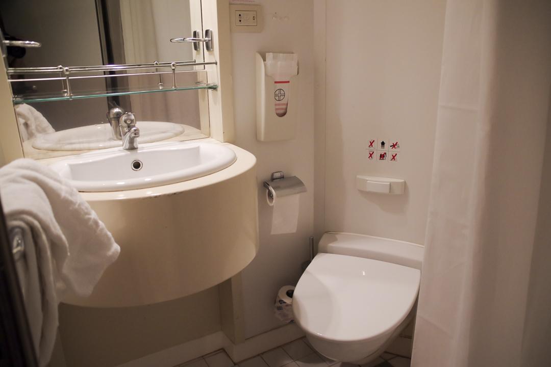 petite salle de bain des cabines Corsica Ferries