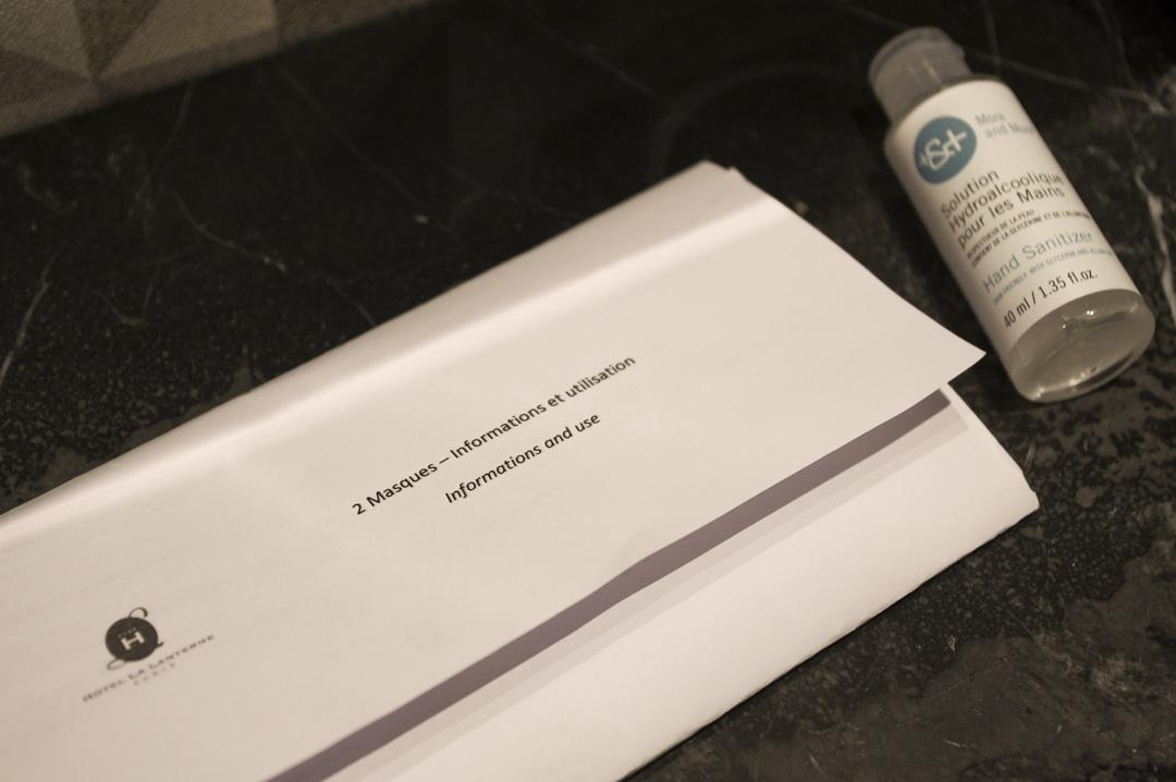 mesures sanitaires : masque et gel hydroalcoolique, à disposition dans les chambre de l'hôtel La Lanterne