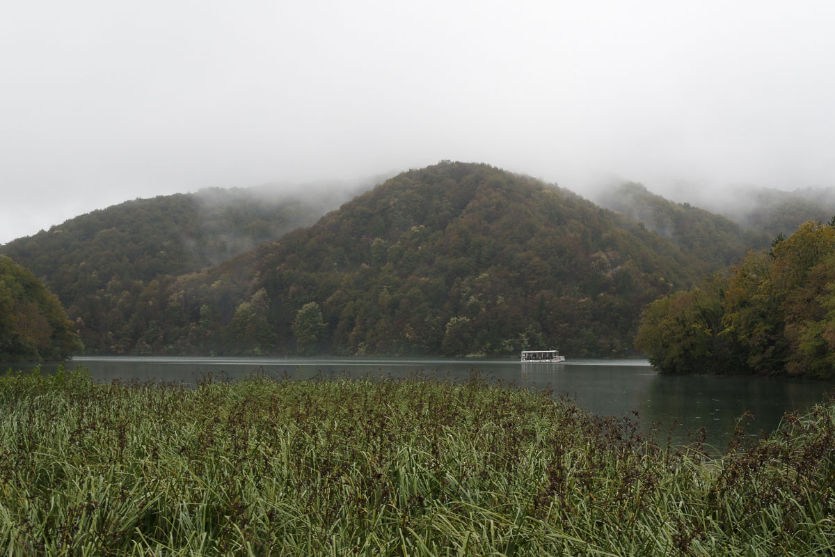 Traversée en bateau de l'un des lacs de Plitvice