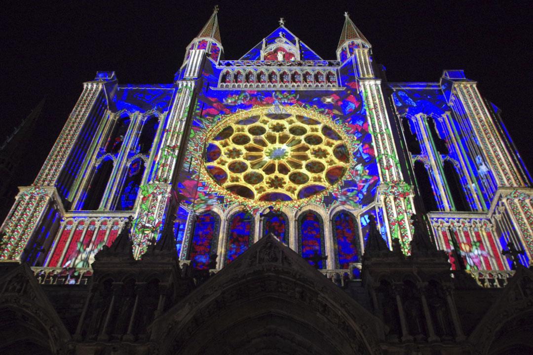 chartres en lumières sur le portail de la cathédrale