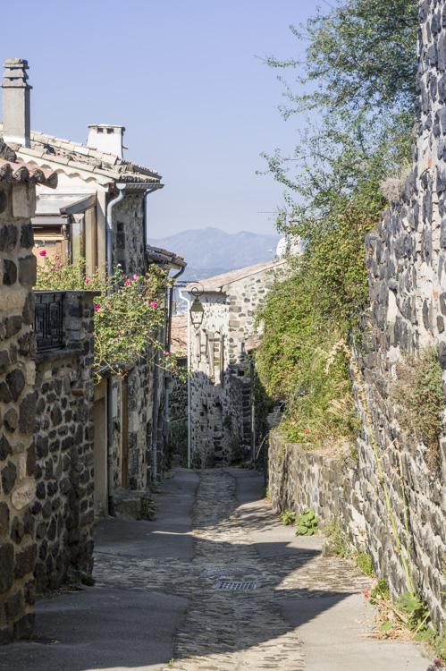 les ruelles du village de Mirabel en Ardèche
