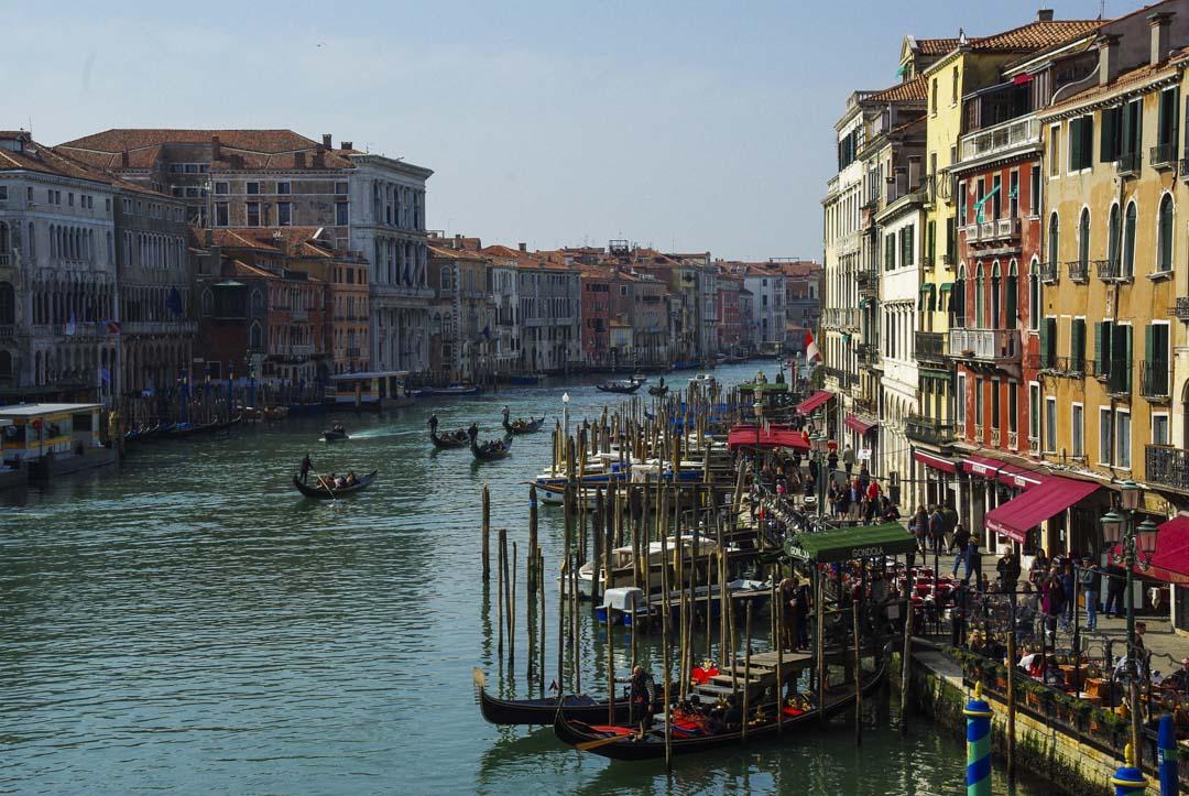 le grand canal de Venise au niveau du pont du Rialto