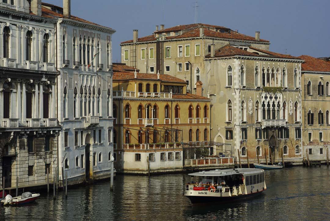 un vaporetto sur le grand canal à Venise