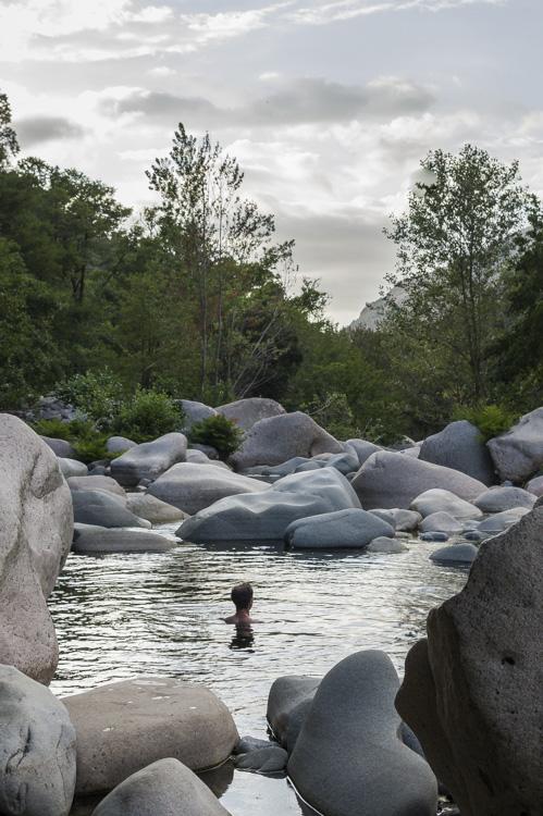 Baignade dans la rivière près du camping Funtana a l'Ora
