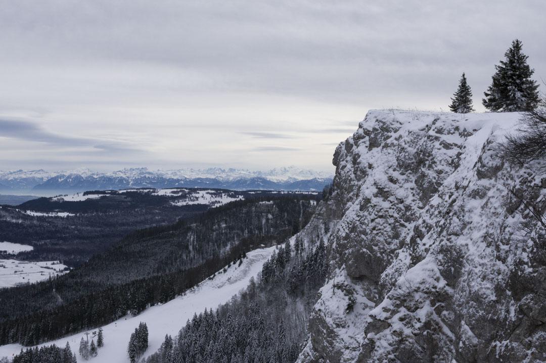 les cretes du mont d'or avec le mont blanc en arrière plan