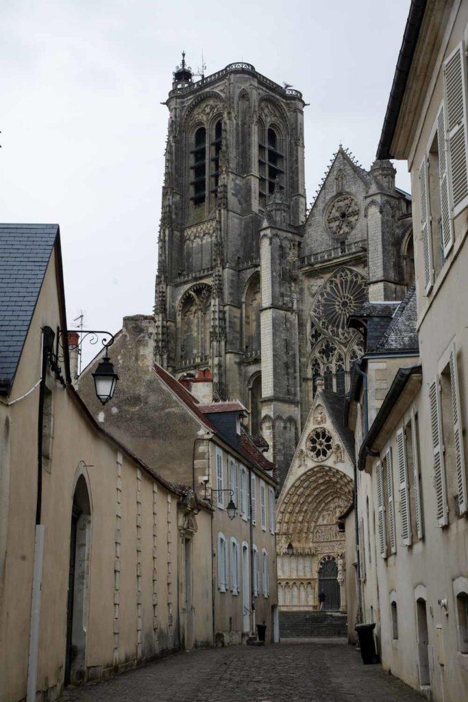 les tours de la cathédrale de Bourges qui émergent dans la ville