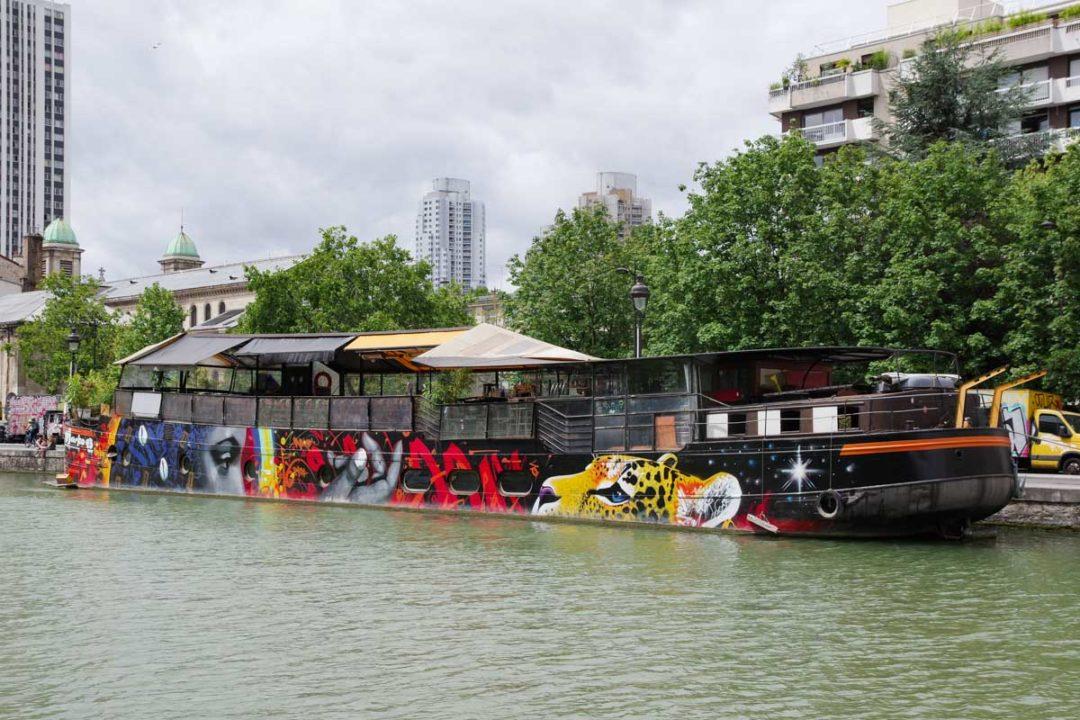 Peniche street art sur le canal de l'Ourcq à Paris