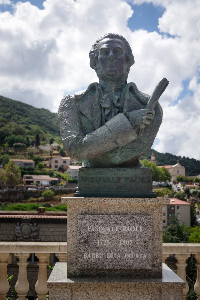 Statue de Pasquale Paoli à l'entrée de Sartène