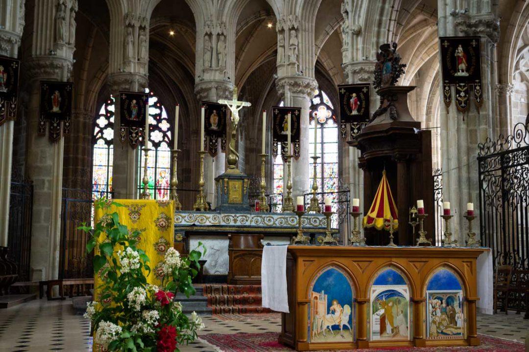 autel et choeur principal de la basilique d'Evron