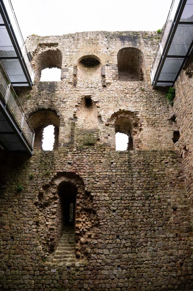 intérieur du donjon de Sainte Suzanne