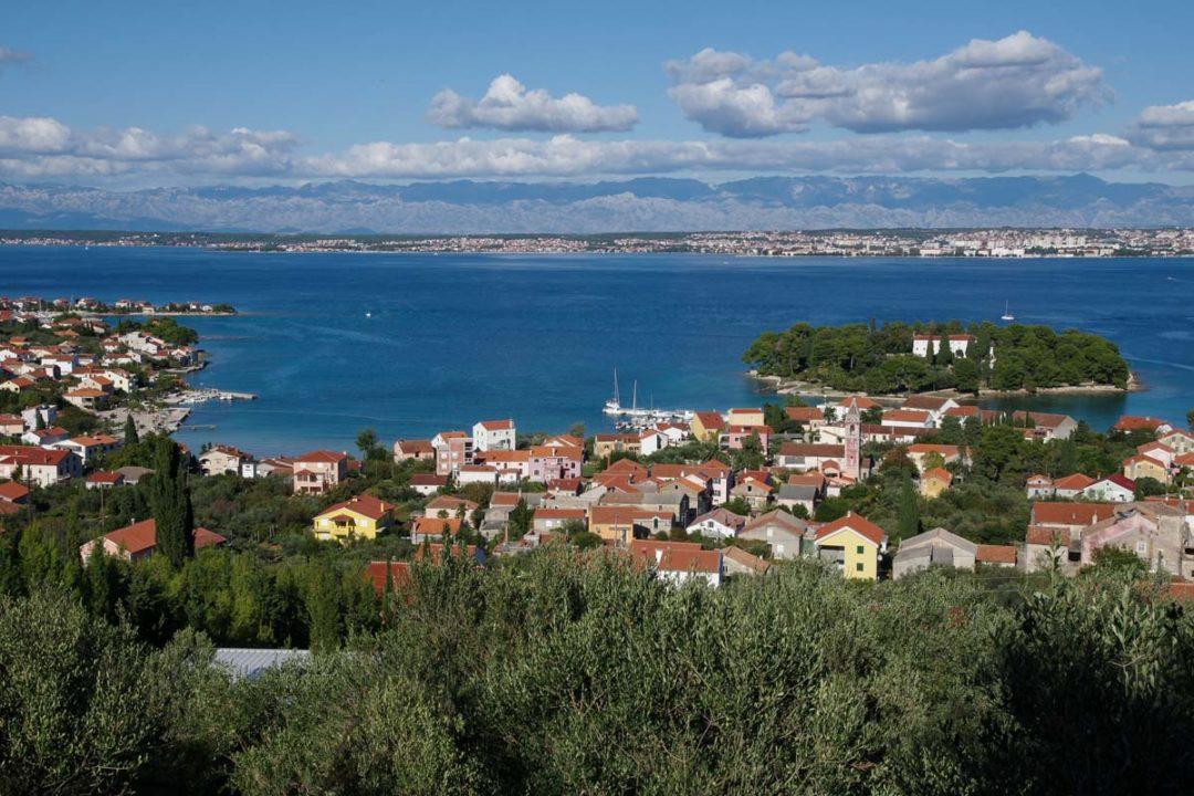 vue sur le village de Preko sur l'ile d'Ugljan en Croatie