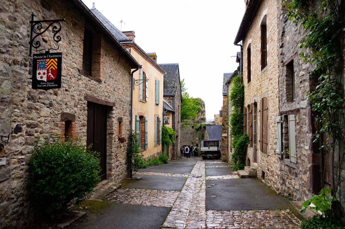 visiter la cité médiévale de Sainte Suzanne