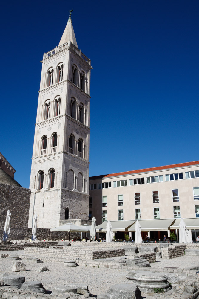 ruines du forum romain et tour de Zadar en Croatie