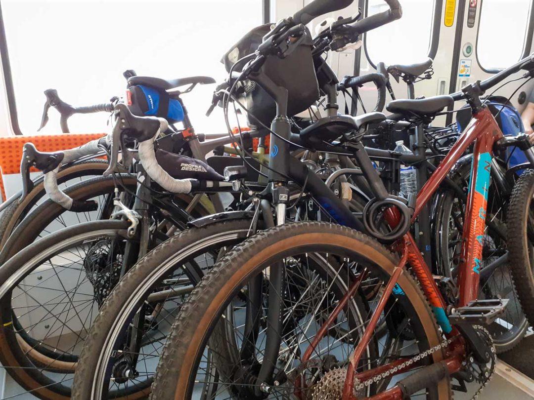 de nombreux vélos dans le transilien sur la ligne Paris-Fontainebleau