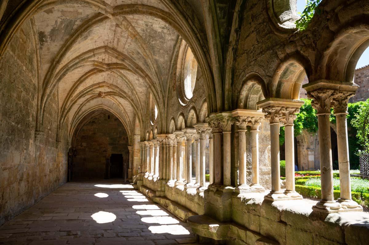 Allée du Cloitre de l'Abbaye de Frontfroide
