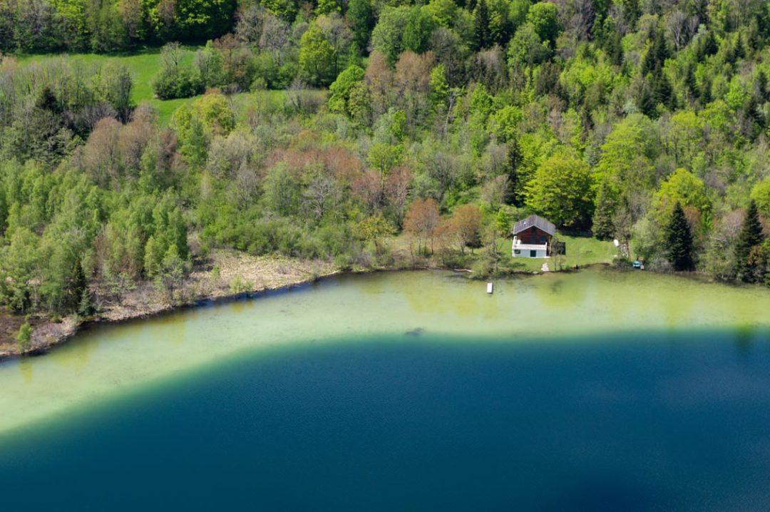 cabane au bord d'un lac dans le jura