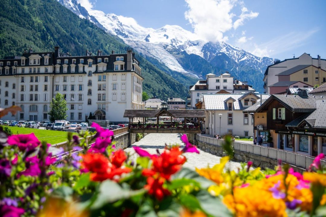 le centre ville de Chamonix avec la vue sur le Mont Blanc