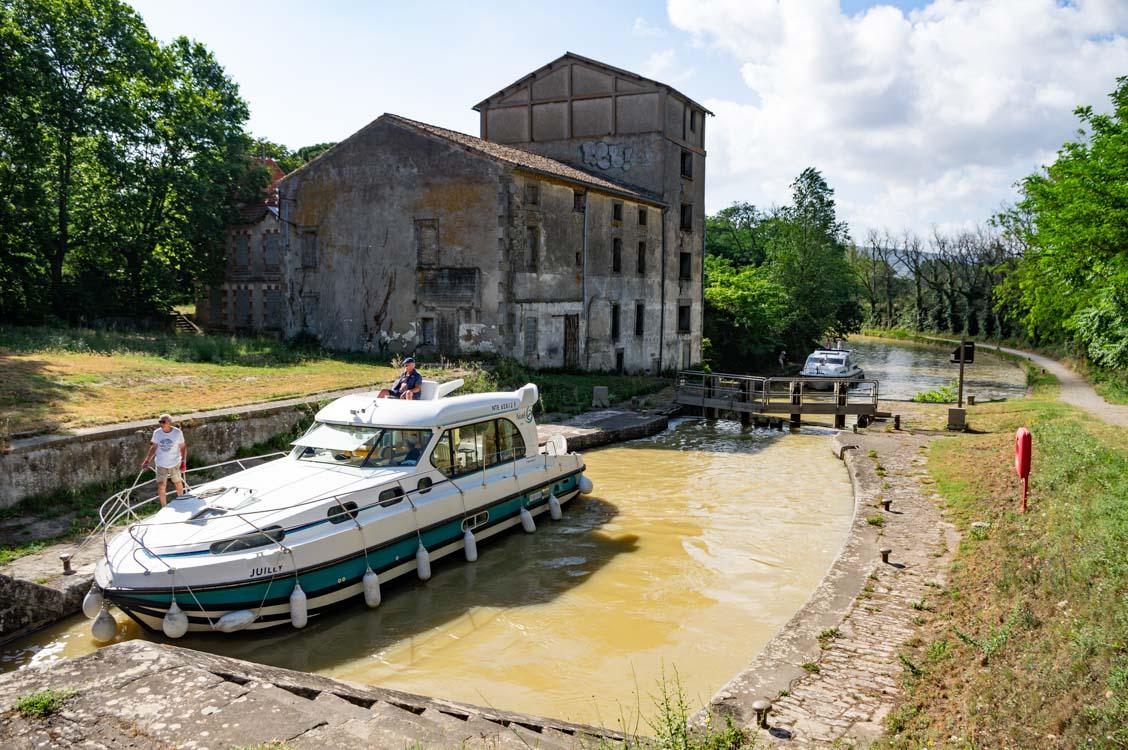 les bateaux qui manoeuvrent pour le passage des écluses sur le Canal du Midi