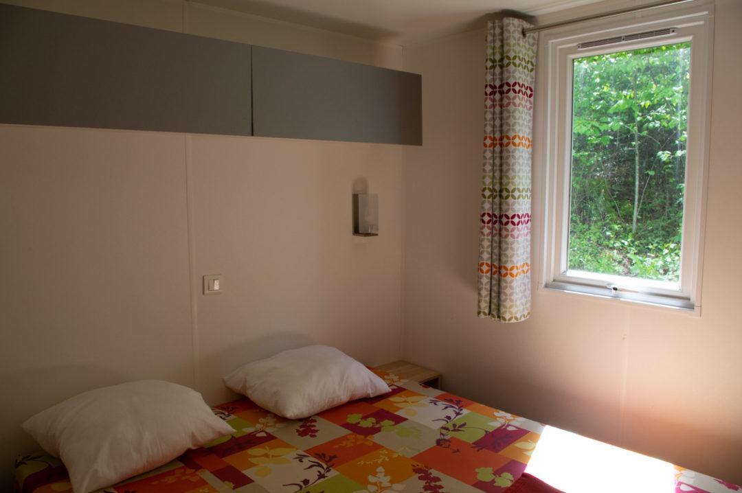 mobil home du Domaine de Chalain : chambre