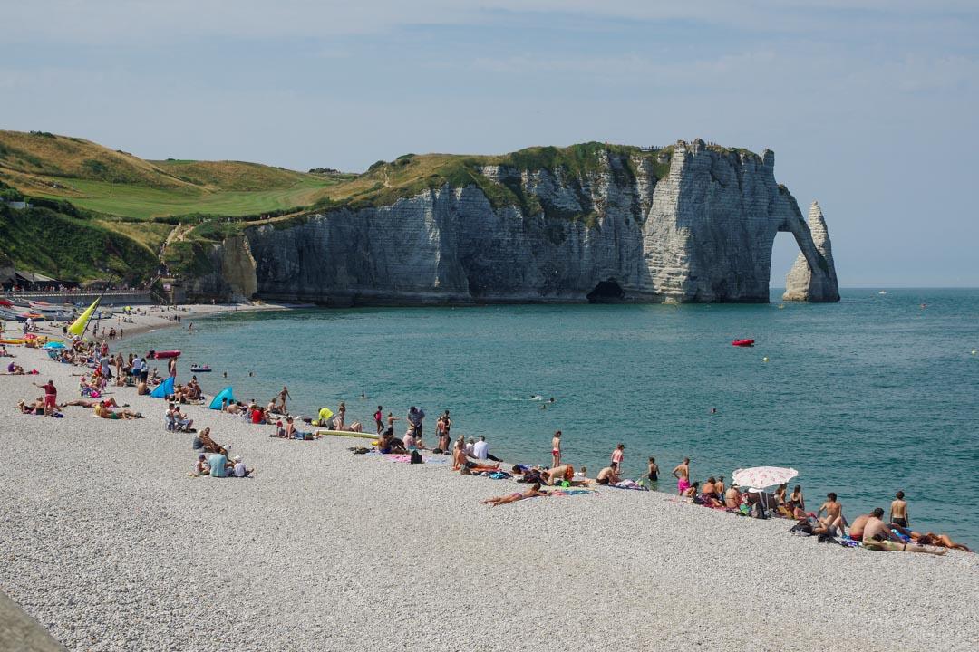 la plage d'Etretat en été