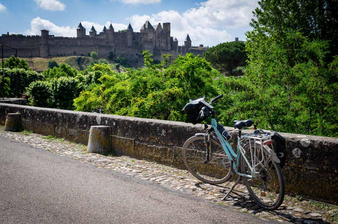 arrivée à vélo à la cité médiévale de Carcassonne