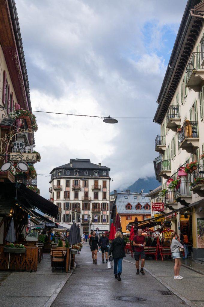 rue commerçante dans le centre ville de Chamonix