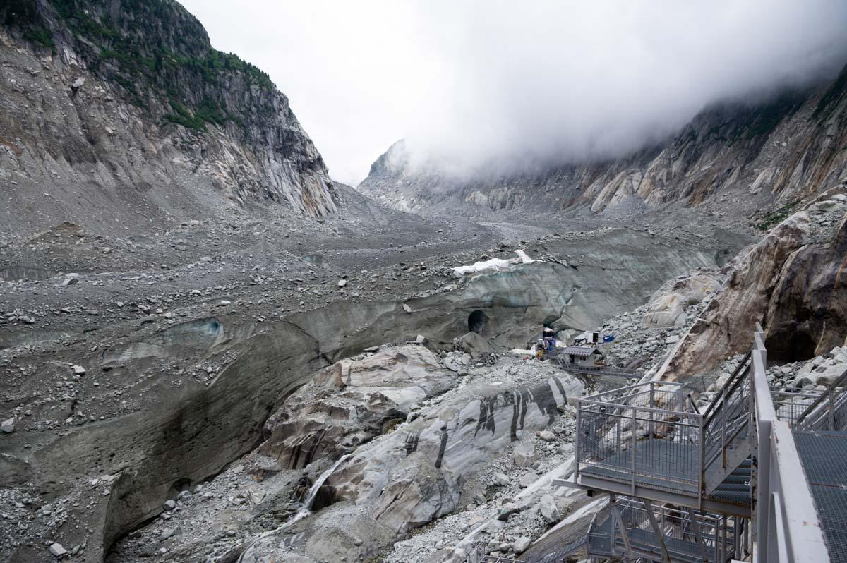 Arrivée à la grotte de glace creusée dans la Mer de Glace à Chamonix