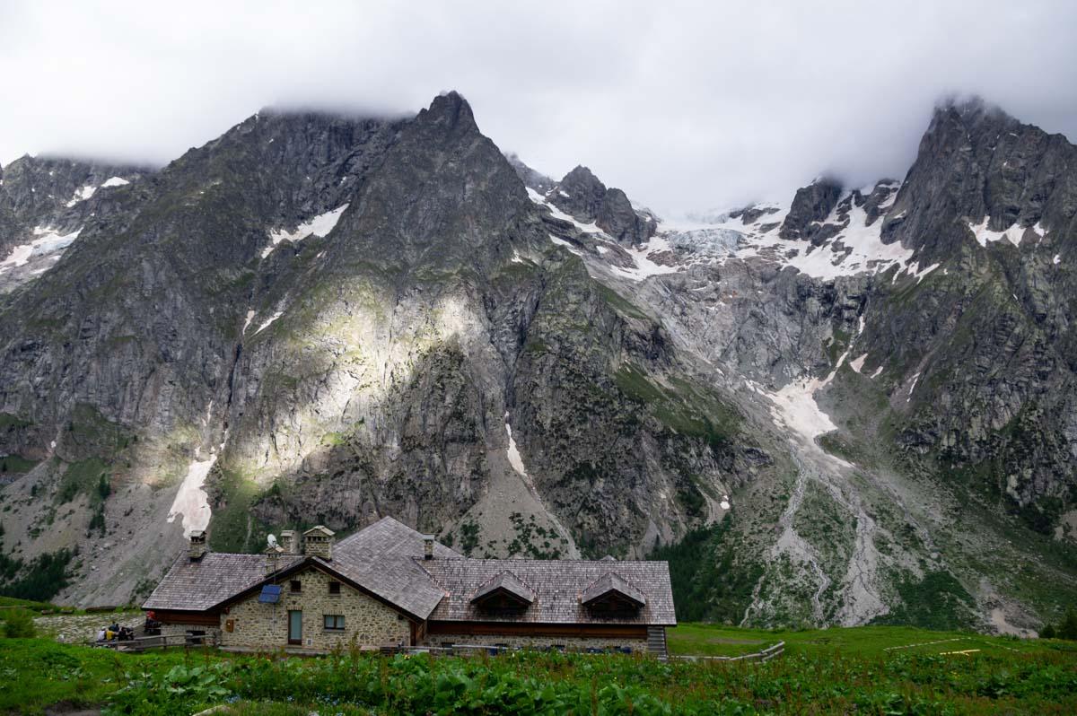Refuge Bonatti face au Mont Blanc