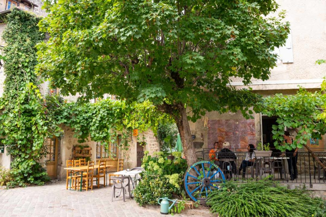 café dans le centre historique médiéval de Desaignes