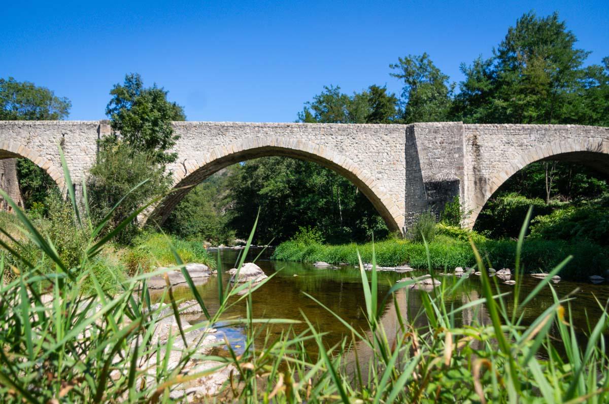 le pont du Roi sur le Doux en Ardèche