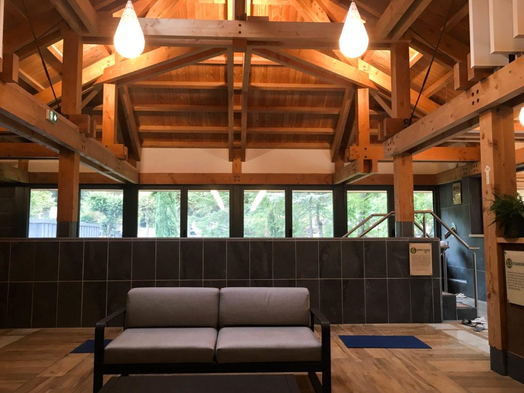 Espace intérieur et bains chauds du Spa Séquoia Redwood à Vals-les-Bains