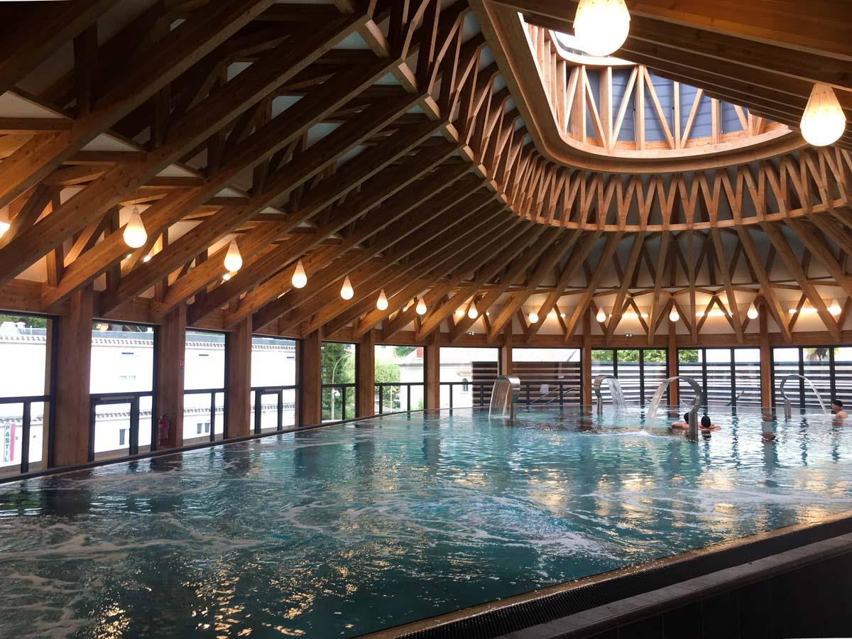 Grand Bassin intérieur du Spa Séquoia Redwood à Vals les Bains