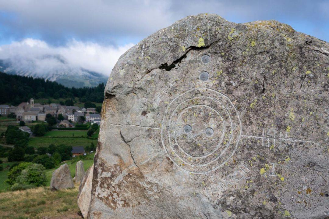 Les pierres sculptées de l'oeuvre contemporaine du Tchier de Borée
