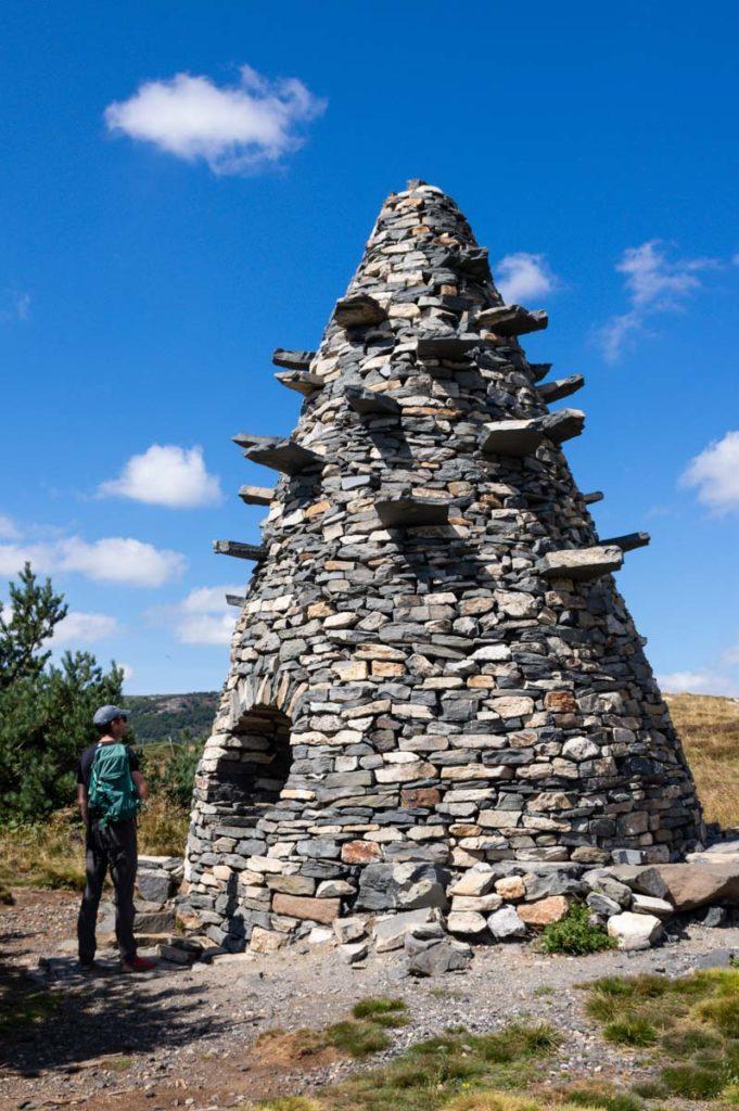 la tour à eau - œuvre sur la ligne de partage des eaux en Ardèche