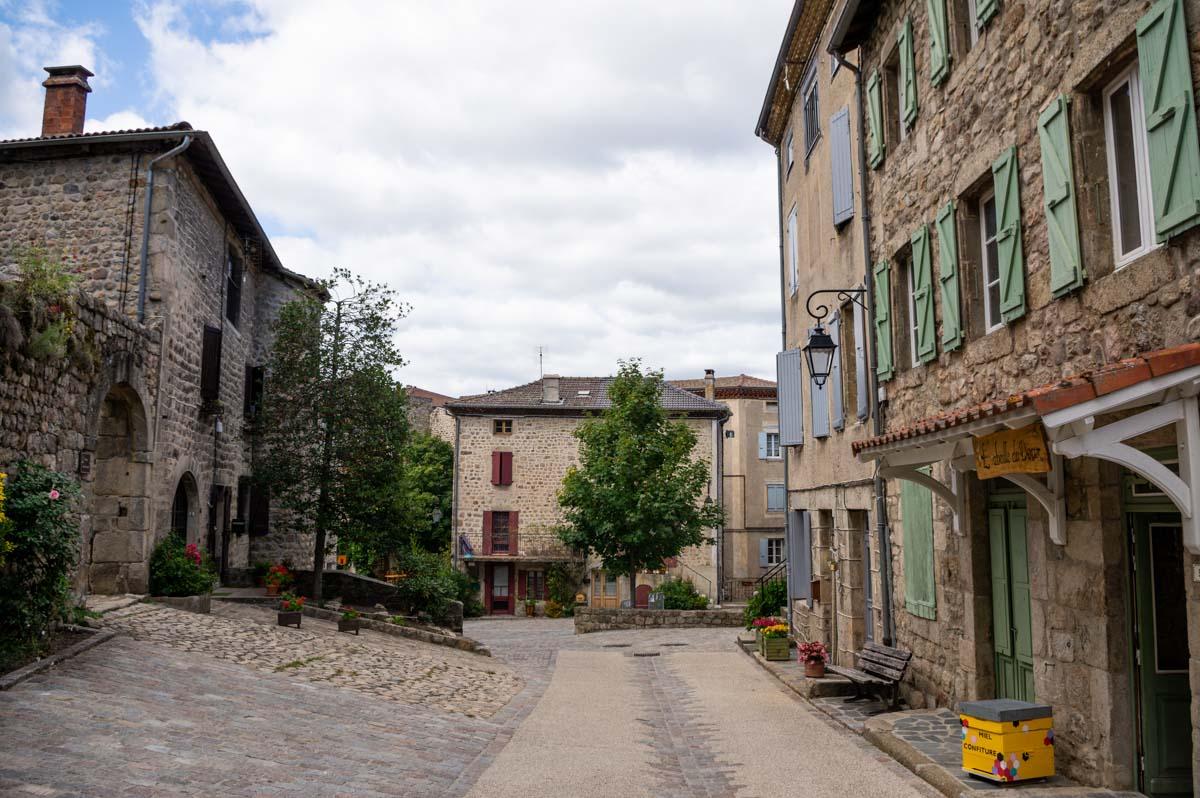 place principale du village de Desaignes