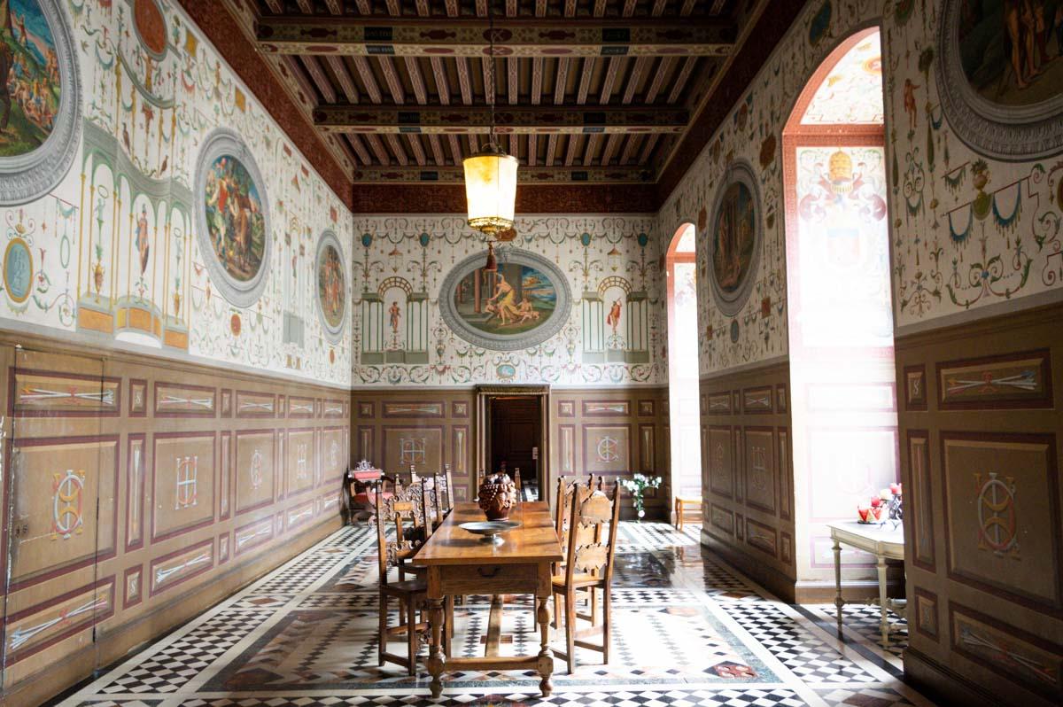 salle à manger décorée de grotesques dans le Château d'Ancy le Franc