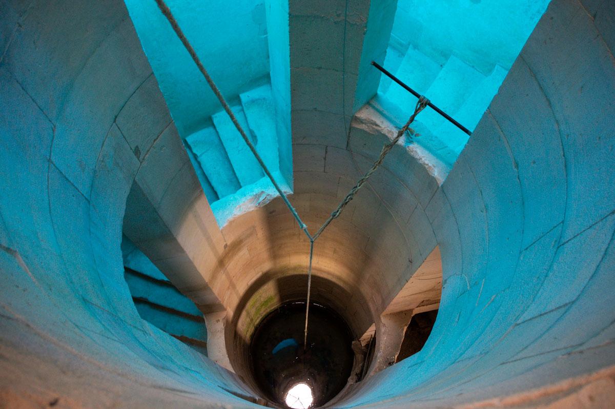 puits dans l'escalier du Château de Maulnes