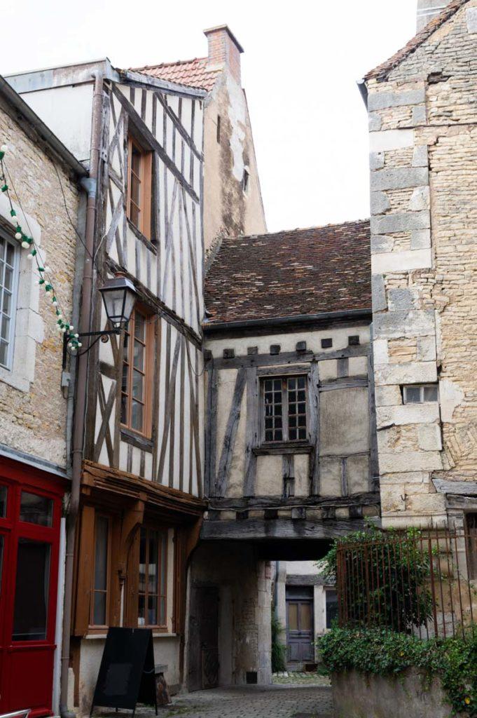 maison à pans de bois dans le village médiéval de Noyers-sur-Serein